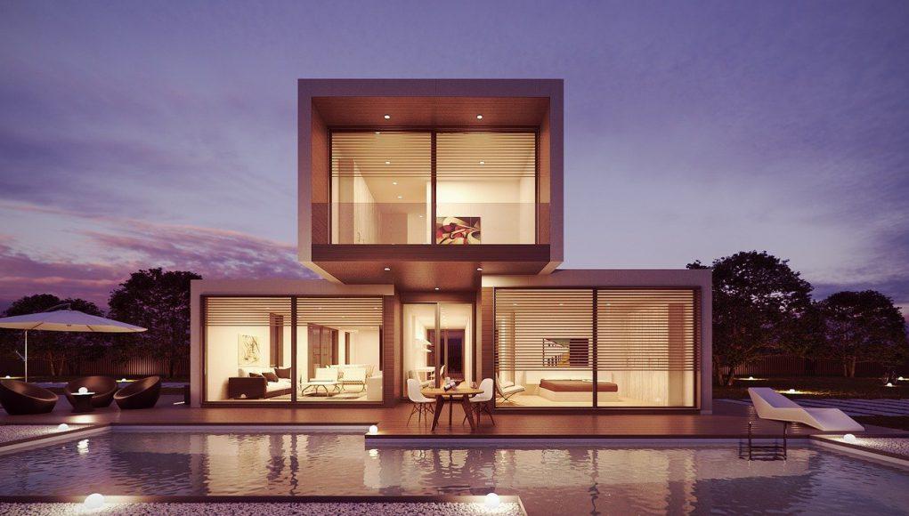 Nowoczesny dom z wielkimi oknami i basenem