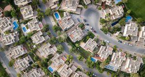 Nieruchomości z gdyńskiego skupu nieruchomości. Widać bogatą dzielnicę z lotu ptaka. Baseny, samochody itd.